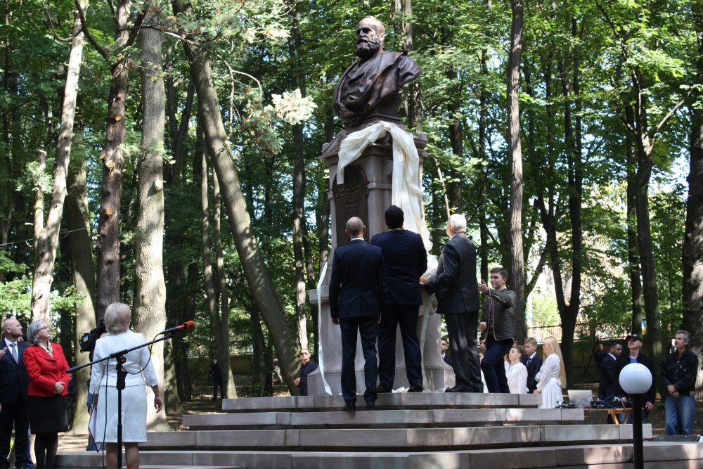 Enthüllung der Büste Constantin Tomaszczuks durch den aus Czernowitz stammenden ukrainischen Ministerpräsidenten Arsenij Jazenjuk, Innenminister Arsen Awakow und Rektor Stepan Melnychuk (v.l.)