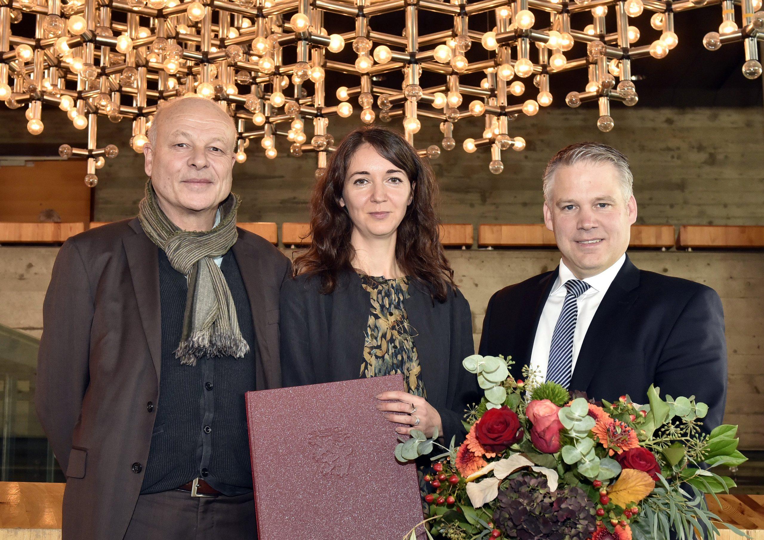 Iris Wolff bei der Verleihung des Marieluise-Fleißer-Preises der Stadt Ingolstadt. Mit Oberbürgermeister Christian Lösel (r) und Laudator Klaus Hübner.