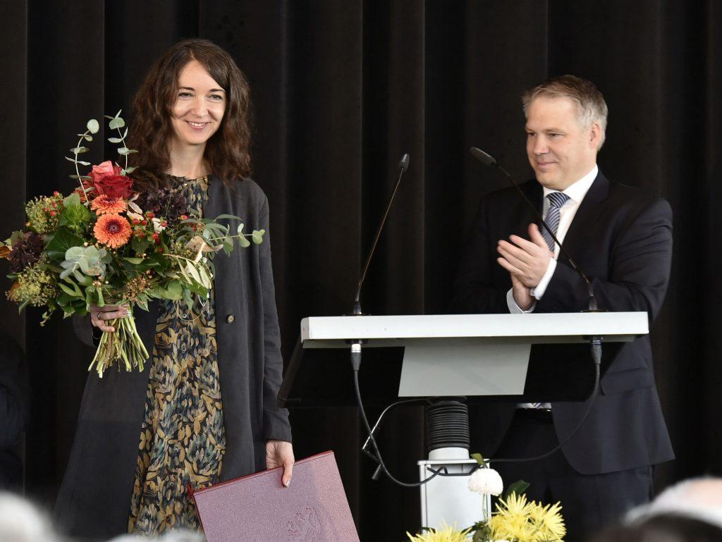 Iris Wolff mit Oberbürgermeister Christian Lösel während der Verleihung des Marieluise-Fleißer-Preises in Ingolstadt.