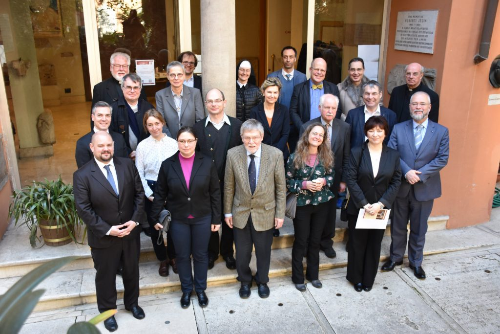 Die Teilnehmerinnen und Teilnehmer der Tagung vor dem Eingang zum Campo Santo Teutonico, © Stefan Heid